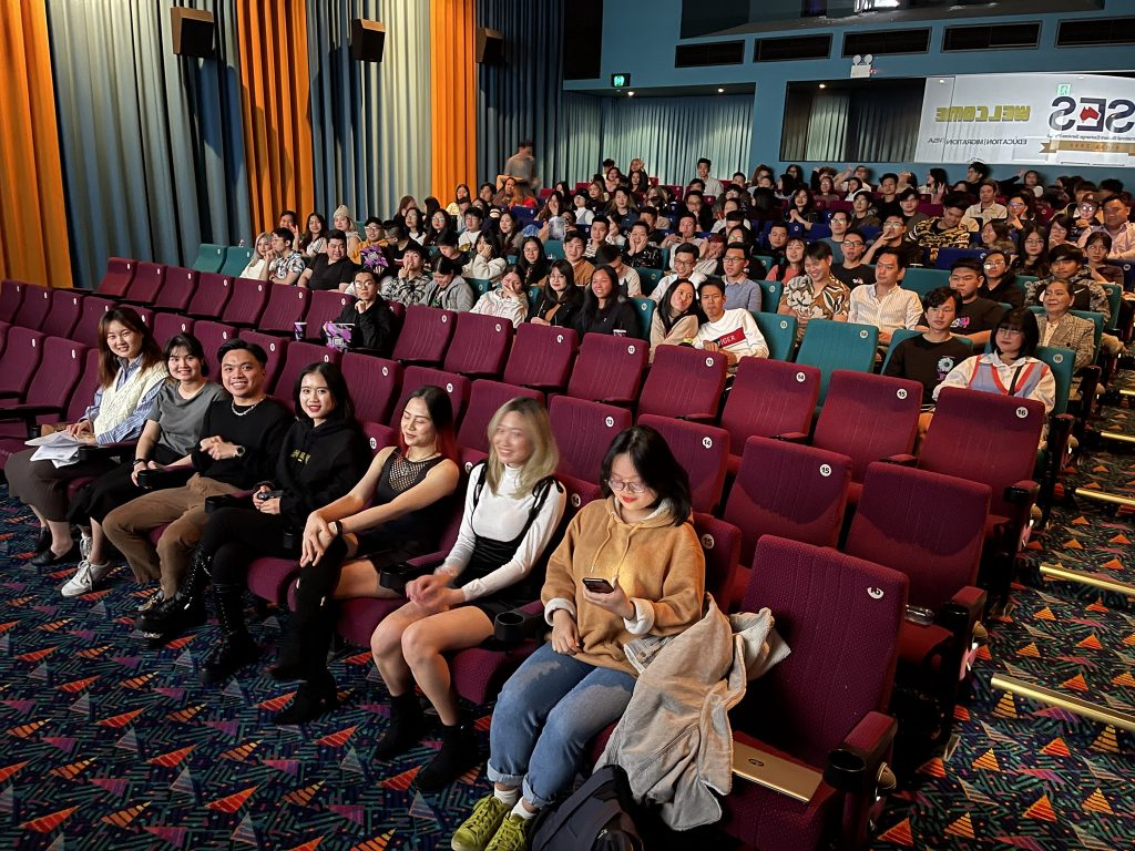 Students come to the movie Bo Gia
